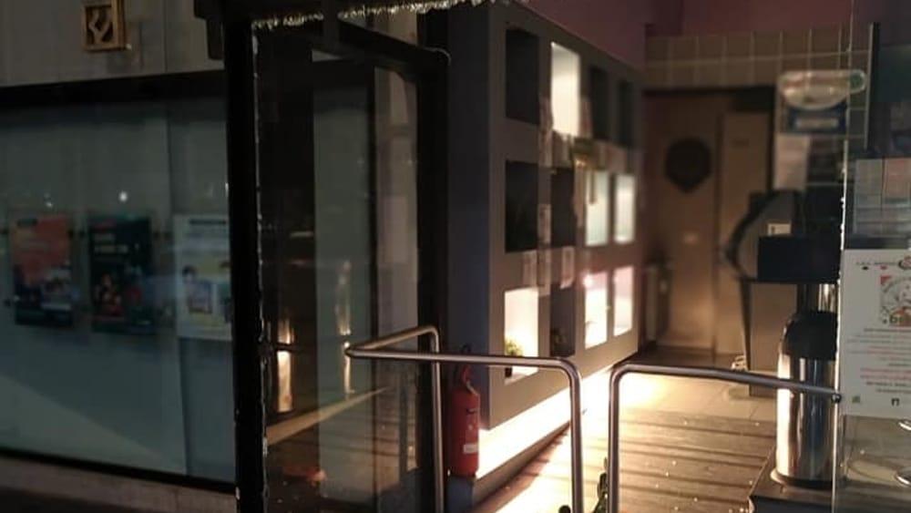 Spaccata al bar in centro a Desio: devastano le vetrate per rubare l'incasso - Monza Today