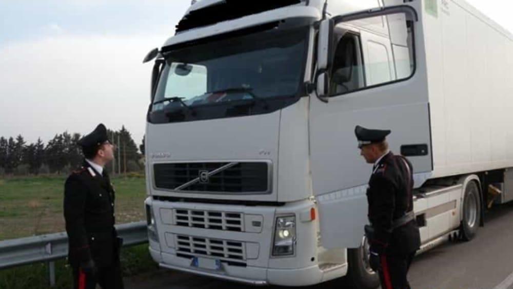 Donna bussa al finestrino ma spunta anche un uomo con la pistola: camionista rapinato - Monza Today