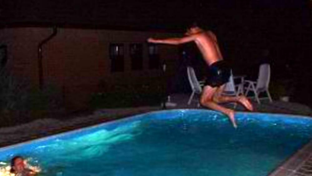 Bagno notturno in piscina a monza ragazzi denunciati for Piscina limbiate