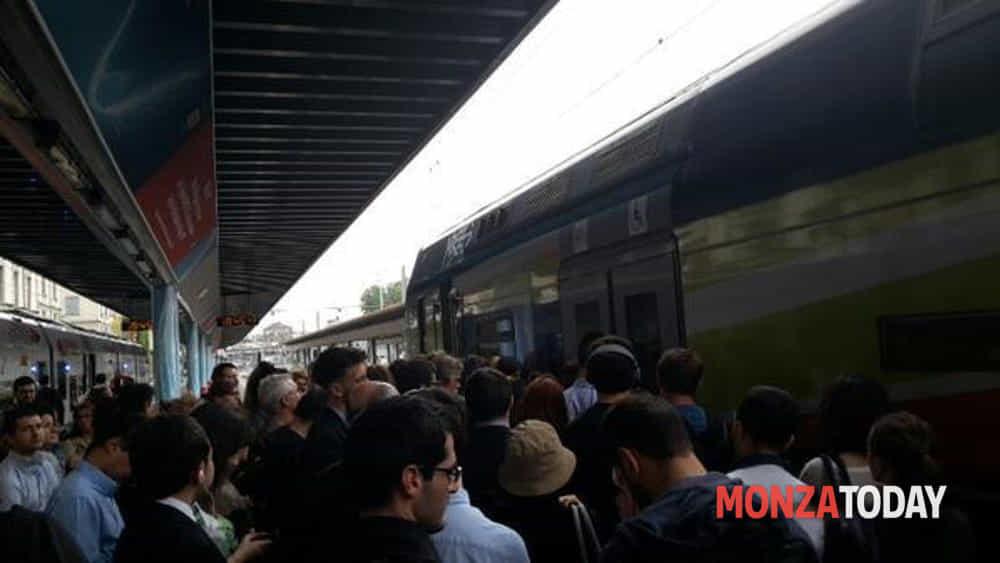 Treni in ritardo e disservizi, i sindaci brianzoli scrivono al governatore Fontana - Monza Today