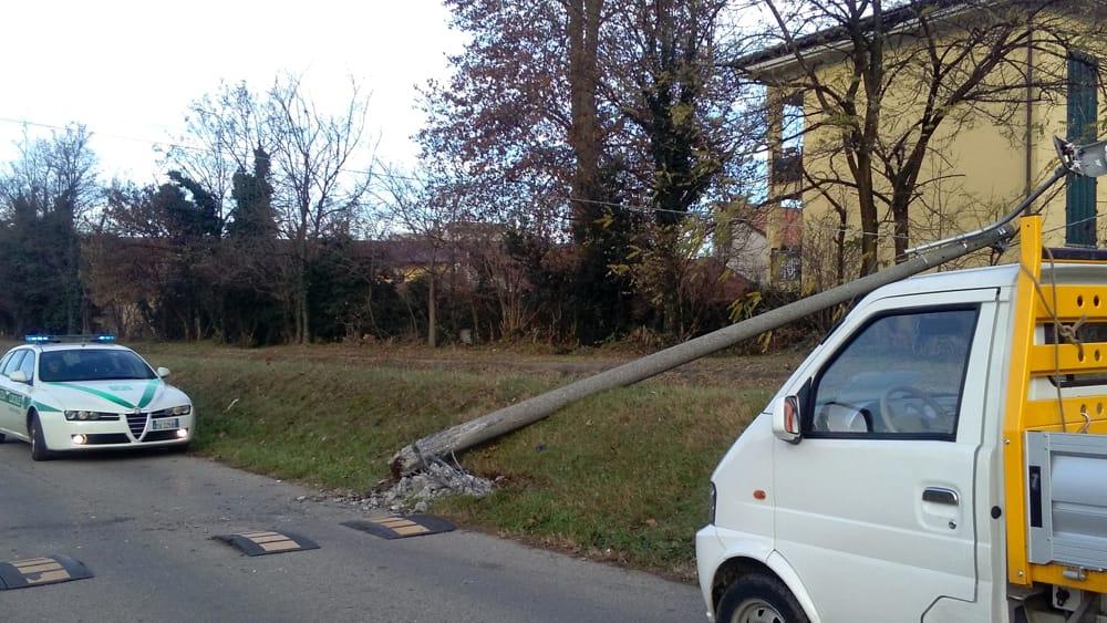 Monza auto abbatte pali della luce in via botticelli for B b misinto